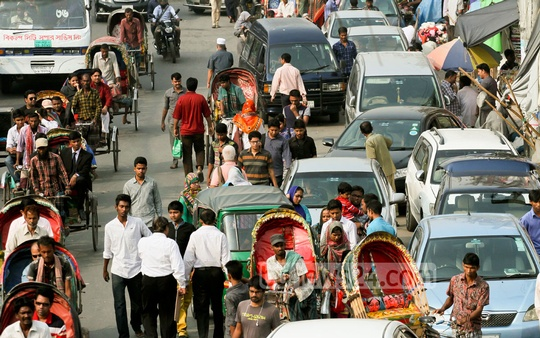 A common sight at Dhaka's New Market with vehicles parked on the street while their owners shop to leave commuters to suffer. Photo: tanvir ahammed/ bdnews24.com