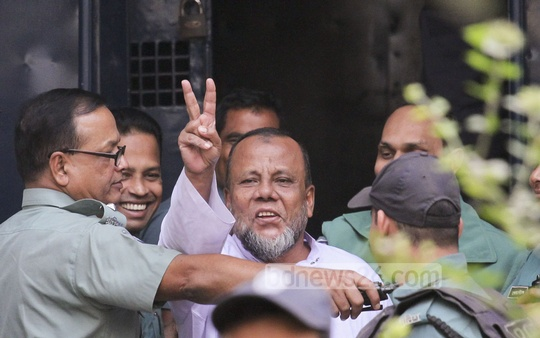 War criminal and a former Awami League leader Mobarak Hossain shows the victory sign while leaving the International Crimes Tribunal after being sentenced to death on Monday. Photo: tanvir ahammed/ bdnews24.com