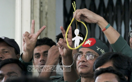 Freedom fighters show victory sign after the verdict on war criminal and a former Awami League leader Mobarak Hossain is pronounced at the International Crimes Tribunal on Monday. Photo: tanvir ahammed/ bdnews24.com