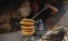 Man busy preparing traditional Bakarkhani at Old Dhaka's Amligola area. Bakarkhani is almost biscuit-like in texture, with a hard crust. Photo taken on Monday. Photo: nayan kumar/ bdnews24.com
