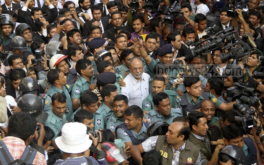 Awami League leader and former minister Abdul Latif Siddique being taken to Chief Metropolitan Magistrate's Court in the Dhaka on Tuesday after surrender to Dhanmondi police station. Photo: asif mahmud ove/ bdnews24.com