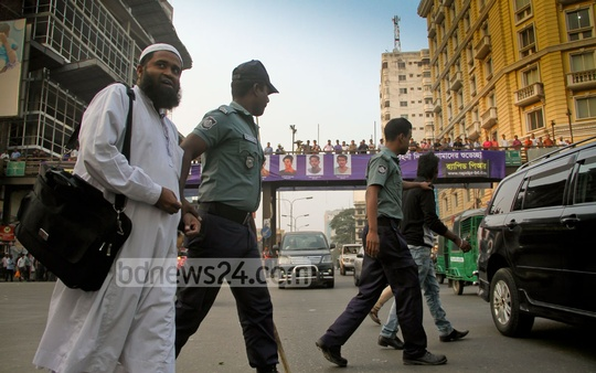 Police take two pedestrians after detention to a mobile court that has been set up to prevent traffic law violations on Tuesday. Photo: asif mahmud ove/ bdnews24.com