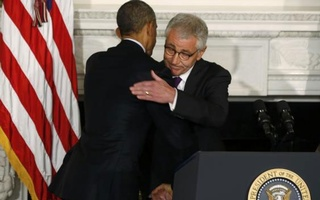 U.S. President Barack Obama (L) embraces Defense Secretary Chuck Hagel after announcing Hagel's resignation at the White House in Washington, November 24, 2014. Reuters