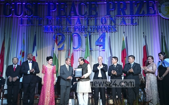 Bangladesh Bank Governor Atiur Rahman collects 'GUSI Peace Prize International 2014' Award for his work in economics with a focus on welfare of the poor on Wednesday in the Philippines's capital Manila. Photo: bdnews24.com