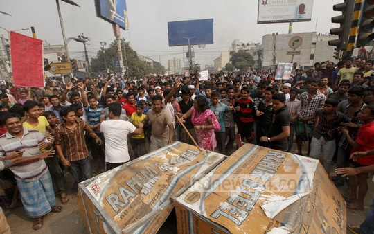 Agitated locals demonstrate in front of Bhatara Police Station in Dhaka on Friday protesting the death of a 9-year-old girl Farzana. Photo: bdnews24.com