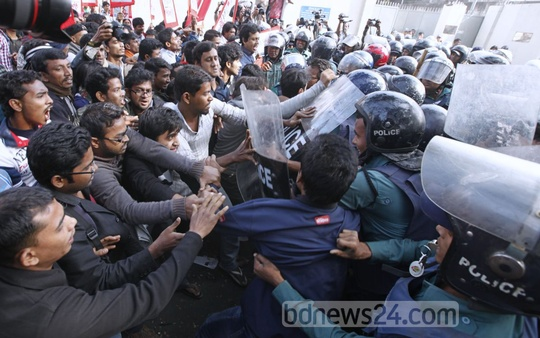 Ganasanghati holds demonstration in front of the secretariat on Thursday demanding scrapping of all projects that are detrimental for the Sundarbans and roll back of proposed hike in gas and power prices. Photo: asaduzzaman pramanik/ bdnews24.com