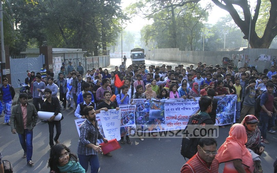 Students take out a procession on Friday at the Dhaka University campus protesting the authorities' decision not to allow students to appear for the DU admission test for a second time. Photo: nayan kumar/ bdnews24.com
