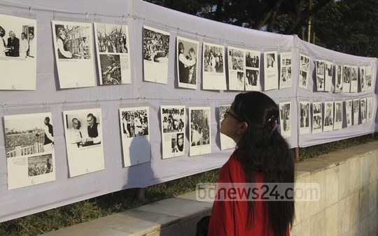 Visitors at an art exhibition, organised by Bangladesh Awami Sangskritik Jote, at Dhaka's Central Shaheed Minar on Friday. Photo: nayan kumar/ bdnews24.com