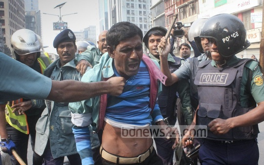 Police arrest several BNP activists as they clash over the formation of its Lalbagh Thana Unit at Naya Paltan on Monday. Photo: bdnews24.com