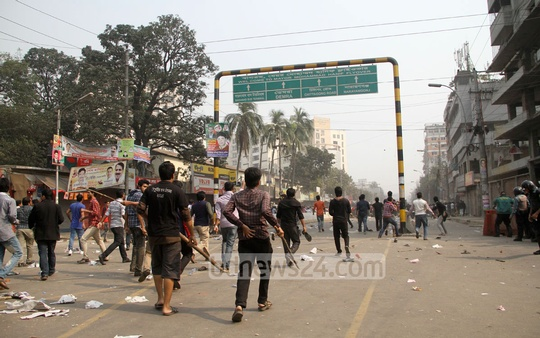 Clash breaks out between BNP supporters and government supporters at Dhaka's Bakshibazar on Wednesday ahead of party chief Khaleda Zia's arrival at court to attend hearing on graft cases. Photo: asif mahmud ove/ bdnews24.com