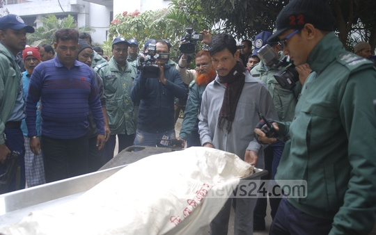 Dhaka Medical College and Hospital authority hands over Jihad's body to the family after post-mortem on Sunday morning. Photo: bdnews24.com