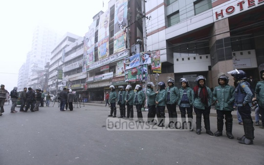 Security forces stand guard in front of BNP headquarters at Naya Paltan in Dhaka during the shutdown. Photo: asaduzzaman pramanik/ bdnews24.com