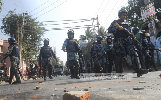 Police patrol Rajshahi's Hussainganj during shutdown called by the 20-Party Alliance on Monday. Photo: Gulbar Ali Juwel/ bdnews24.com