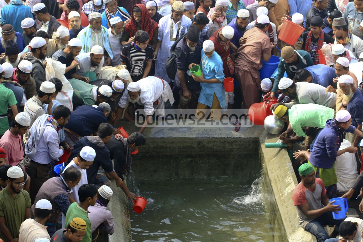 Devotees wash themselves before offering Jumma prayers on the first day of Bishwa Ijtema on Friday. Photo: mustafiz mamun/ bdnews24.com
