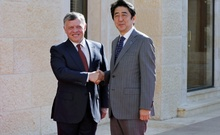 Jordan's King Abdullah (L) welcomes Japan's Prime Minister Shinzo Abe upon his arrival at the Royal Palace in Amman January 18, 2015. REUTERS/