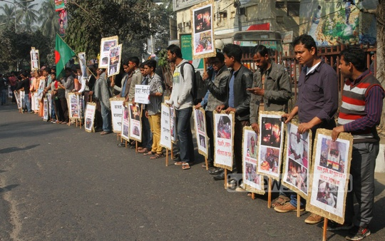 People from across the social divide form a human chain in front of the National Press Club in Dhaka on Saturday demanding a stop to violence. Photo: nayan kumar/ bdnews24.com