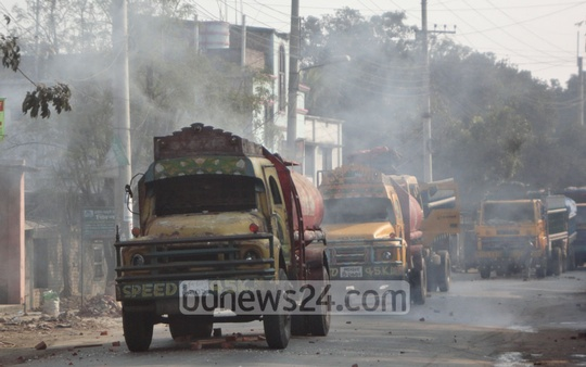 Islami Chhatra Shibir men attack convoy of trucks escorted by police at Chapainawabganj's Shantir Mor during the last day of BNP's 36-hour shutdown on Monday. Photo: bdnews24.com
