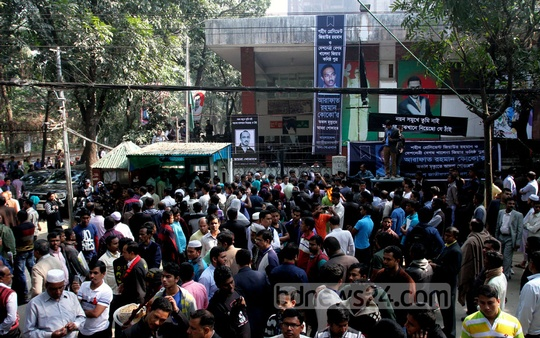 BNP activists gather in front of the BNP chairperson Khaleda Zia's Gulshan office to catch a glimpse of Coco's body on Tuesday. Photo: tanvir ahammed/ bdnews24.com