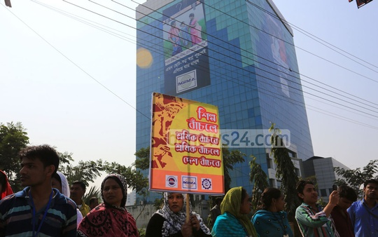 Business and labour groups form ' human chain' in protest in front of the BGMEA building at Dhaka's Karwan Bazar demanding end to ongoing violence. Photo: mustafiz mamun/ bdnews24.com