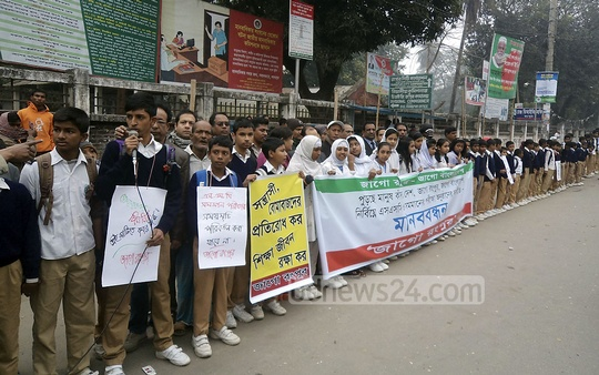 Students form a human chain at Rangpur demanding an end to blockade and shutdown ahead of upcoming SSC exam on Wednesday. Photo: bdnews24.com
