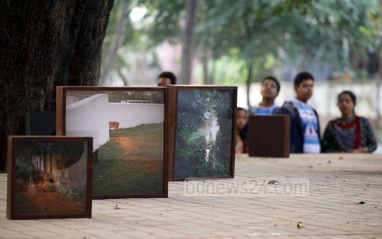 Visitors at photographer Tapas Pal's photo exhibition on 'A Pause to Breath . . . '. Photo: nayan kumar/ bdnews24.com