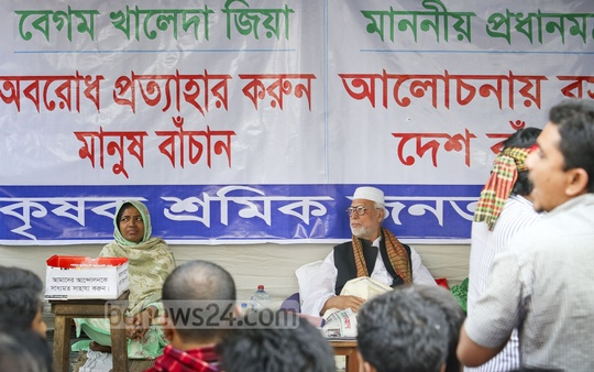 Krishak Sramik Janata League President Abdul Kader Siddiqui continues his sit-in protest in front of his party's Motijheel office for a second day urging BNP chief Khaleda Zia to call off blockade and Prime Minister Sheikh Hasina to sit for talks. Photo: asaduzzaman pramanik/ bdnews24.com
