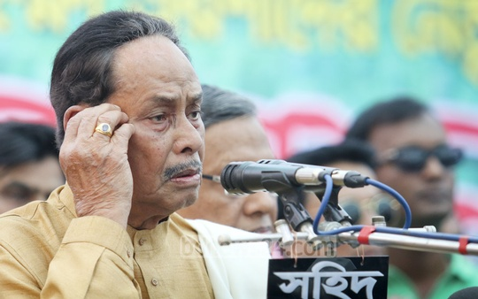 Jatiya Party Chairman HM Ershad speaks at his party's hunger strike programme in front of the Kakrail office on Thursday. Photo: asaduzzaman pramanik/ bdnews24.com