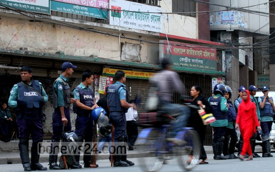 Security forces guard BNP office at Naya Paltan on Thursday during the party's 24-hour shutdown. Photo: tanvir ahammed/ bdnews24.com