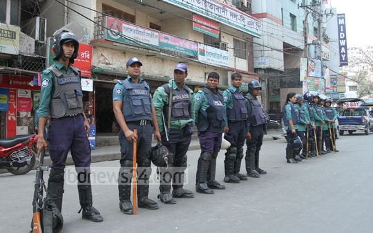 Security forces guard BNP office at Naya Paltan on Thursday during the party's 24-hour shutdown. Photo: nayan kumar/ bdnews24.com