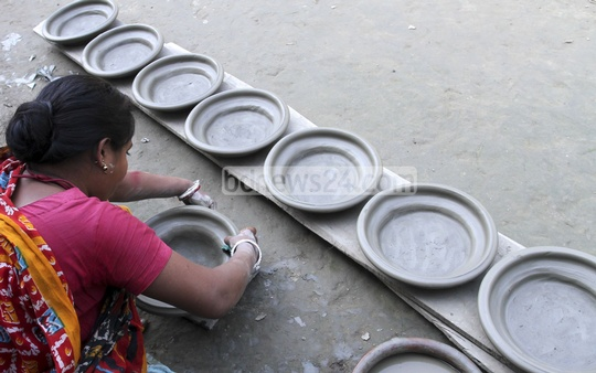 A woman at pottery work. Photo taken from Munshiganj's Sirajdikhan Upazila. Photo: tanvir ahammed/ bdnews24.com