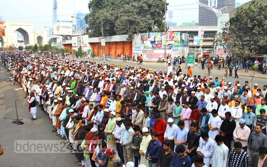 Thousands on Friday attend absentia funeral at Baitul Mukarram of those killed in violence during blockade enforced by BNP alliance. Photo: nayan kumar/ bdnews24.com