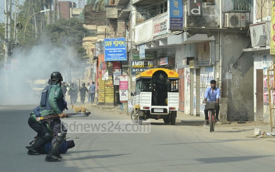 Islami Chhatra Shibir men trying to flee after hurling bombs targeting police on duty in Rajshahi's Rajarhata area during shutdown in the district called by the student wing of Jamaat-e-Islami on Saturday. Photo: Gulbar Ali Juwel/ bdnews24.com