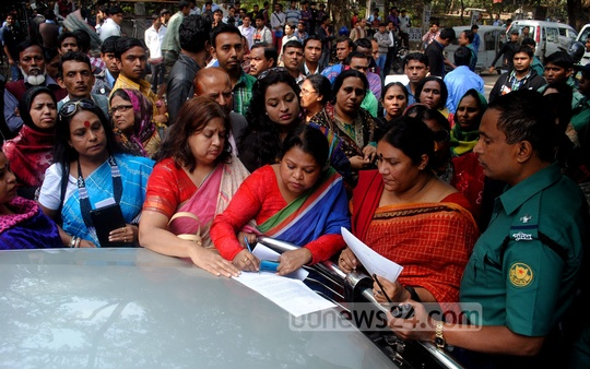 Parents of a group of SSC examinees submit a memorandum to Khaleda Zia on Saturday demanding withdrawal of blockades and shutdowns across Bangladesh ahead of the tests. Photo: bdnews24.com
