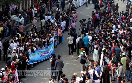 Vehicle Owners-Workers Oikya Parishad form a human chain in front of National Press Club on Saturday. Photo: tanvir ahammed/ bdnews24.com