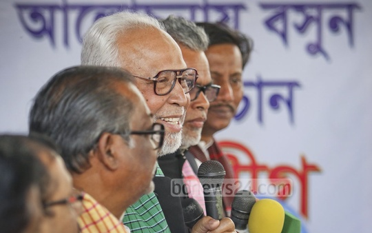 Bangladesh Krishak Sramik Janata League (BKSJL) President Abdul Kader Siddiqui, who has been pressing for an Awami League-BNP dialogue, speaks at a press briefing in front of his party office at Motijheel on Sunday. Photo: asaduzzaman pramanik/ bdnews24.com