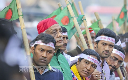 Members of Bangladesh Muktijoddha Prajanma League form a human chain in front of the National Press Club on Sunday, demanding an end to blockade and shutdowns before the SSC examinations. Photo: asaduzzaman pramanik/ bdnews24.com
