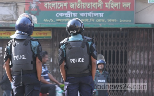 Police guard BNP's Naya Paltan headquarters on Sunday during the 20-Party Alliance's 72-hour shutdown. Photo: asaduzzaman pramanik/ bdnews24.com