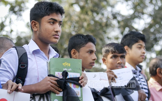 Various groups join students to form a 'human chain' in front of the National Press Club on Sunday demanding that education is kept out of purview of strikes. Photo: asaduzzaman pramanik/ bdnews24.com