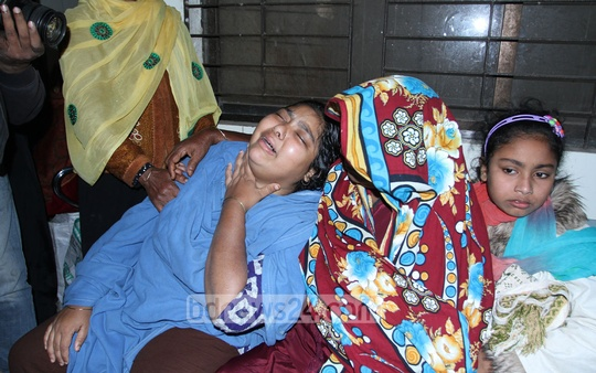 Relatives at the Dhaka Medical College and Hospital mourn Nur Alam, a contractor, who died on Sunday of burn injuries he had sustained during an arson attack at Jatrabarhi nine days ago. Photo: nayan kumar/ bdnews24.com