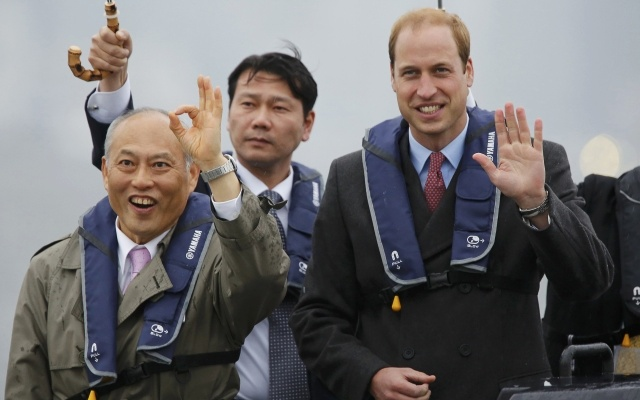 Britain's Prince William (R), Duke of Cambridge, and Tokyo Governor Yoichi Masuzoe (L) pose on the deck of a cruise boat as he tours the Tokyo Bay area in Tokyo February 26, 2015. REUTERS