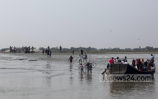 Nijhum Dwip, home to over 30,000 people, has no jetty at its entry point, Bandartila Ghat. Photo: mustafiz mamun/ bdnews24.com