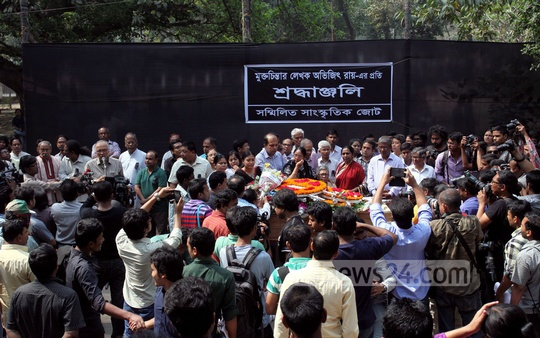 People from different echelons of society paying their last respects to slain writer-blogger Avijit Roy at the foot of Dhaka University's 'Aparajeyo Bangla' on Sunday. Photo: tanvir ahammed/ bdnews24.com