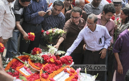 People paying floral tributes to Avijit Roy at Dhaka University where the 42-year writer-blogger was attacked and killed last Thursday. Photo: tanvir ahammed/ bdnews24.com