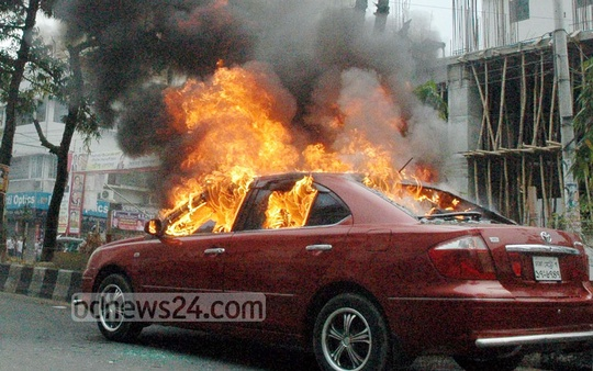 Masked assailants set fire to two cars hurling crude bombs at Dhaka's Bijoynagar amid the BNP-led alliance's ongoing agitation. Photo: bdnews24.com