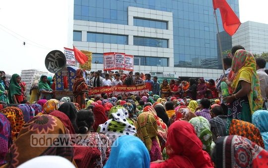 Garments workers gather in front of BGMEA office on Tuesday demanding compensation. Photo: nayan kumar/ bdnews24.com