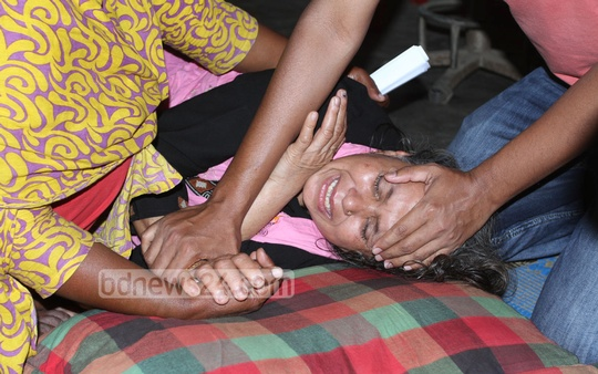 "Hasina Begum, mother of ""Ali Ahmed"" who died in a road accident at Sher-e-Bangla Nagar on Tuesday, breaks down in tears. Photo: nayan kumar/ bdnews24.com"