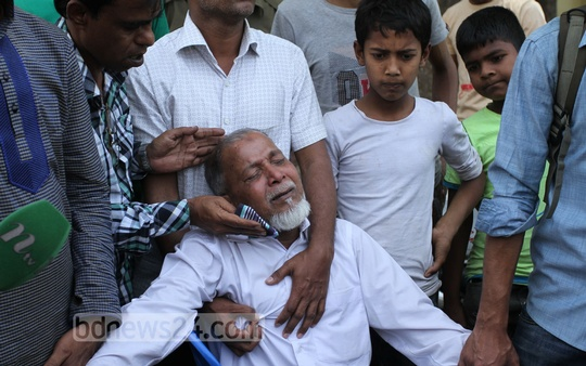 "Abul Hossain, father of ""Ali Ahmed"" who died in a road accident at Sher-e-Bangla Nagar on Tuesday, breaks down in tears. Photo: nayan kumar/ bdnews24.com"