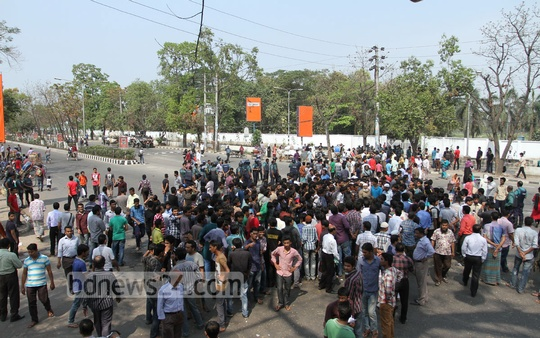 Students of Sher-e-Bangla Agricultural University stage demonstrations protesting death of a fellow student in a road accident at Agargaon in Dhaka on Tuesday. Photo: nayan kumar/ bdnews24.com