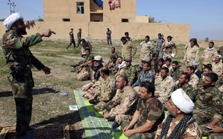 Shi'ite cleric Ahmed al-Rubaei (L) speaks with Iraqi soldiers and Shiite fighters in Udhaim dam, north of Baghdad. Reuters