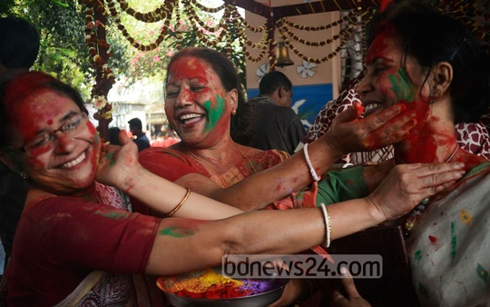 Hindu community at Dol (Holi) festival at Dhakeshwari National Temple on Thursday. Photo: bdnews24.com